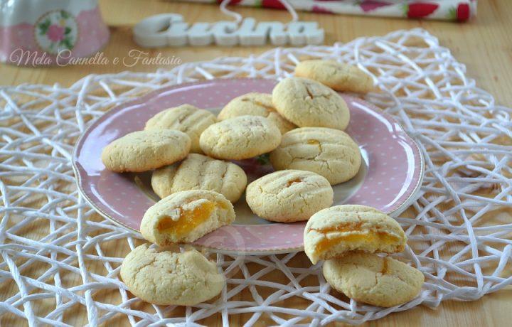 Biscotti golosi al profumo di limone farciti con marmellata