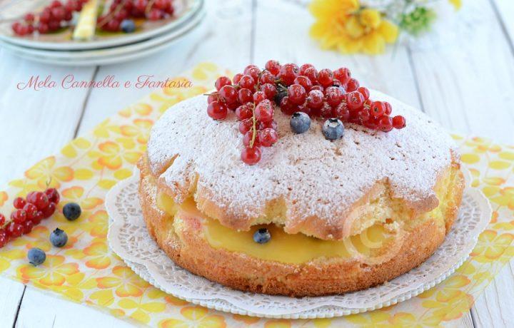Torta al limone con crema all'acqua mirtilli e ribes rossi