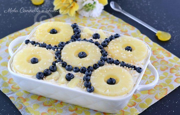 Mattonella di biscotti con crema diplomatica ananas e mirtilli
