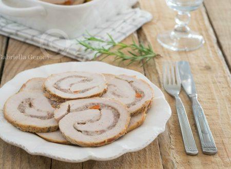 Rollè di tacchino farcito con salsiccia e carote cotto in padella