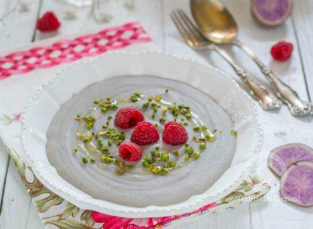 Crema di patate viola con lamponi e pistacchi – ricetta vegana
