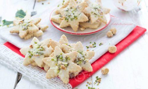 Stelle di Natale alle mandorle con granella di nocciole e pistacchi