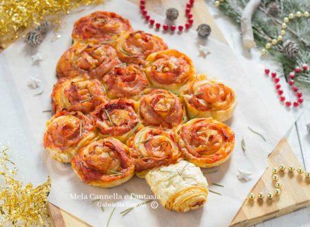 Albero di Natale salato con rose di pasta sfoglia al gusto pizza