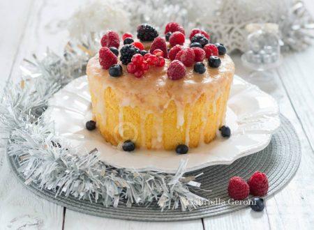 Chiffon cake natalizia con glassa al limone e frutti di bosco