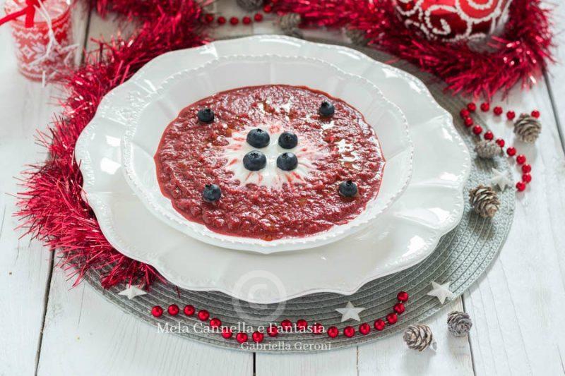 Crema di barbabietola rossa con yogurt greco e mirtilli