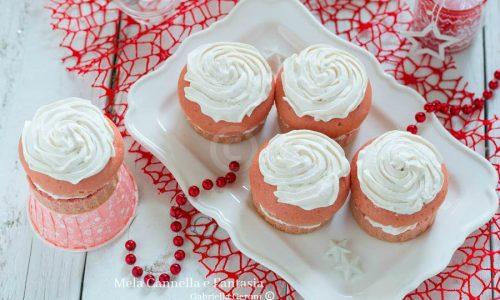 Muffins natalizi farciti con yogurt alle fragole e panna
