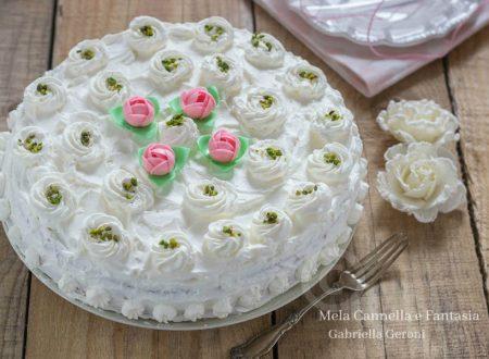 Torta di compleanno con crema pasticcera e ananas
