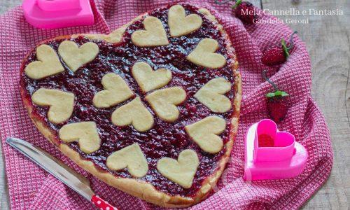 Crostata cuore di frolla con marmellata di lamponi golosissima