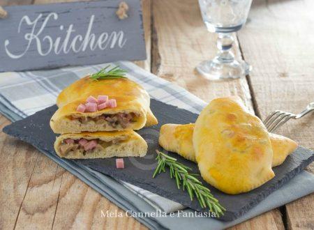 Panzerotti al forno con prosciutto cotto funghi e formaggio
