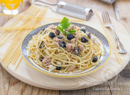 Spaghetti al tonno e olive con mollica di pane tostata