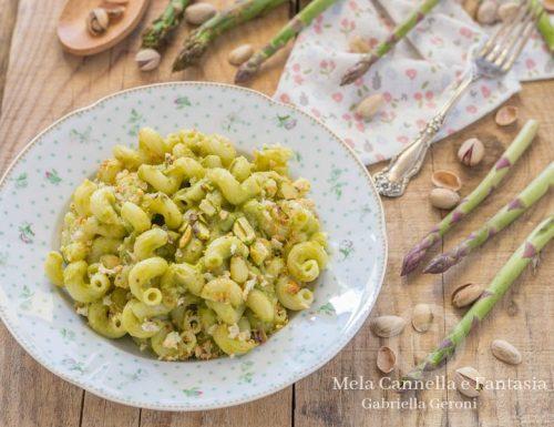 Tortiglioni alla crema di asparagi con pistacchi e mollica tostata