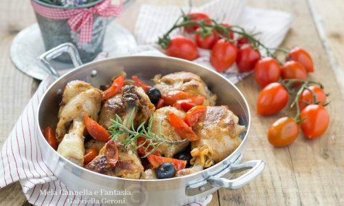 Fusi di pollo in padella con olive e pomodorini – ricetta veloce