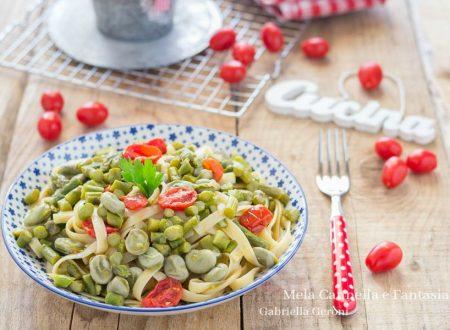 Tagliatelle vegetariane con asparagi fave e pomodorini