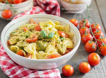 Pasta fredda al pesto con pomodorini e granella di pistacchi