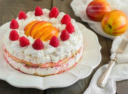 Torta semifreddo allo yogurt con pesche e lamponi