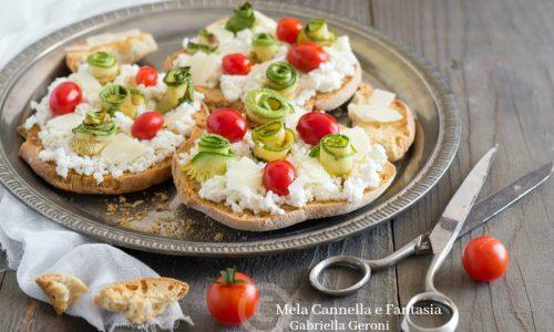 Friselle estive con ricotta pomodorini e rose di zucchina