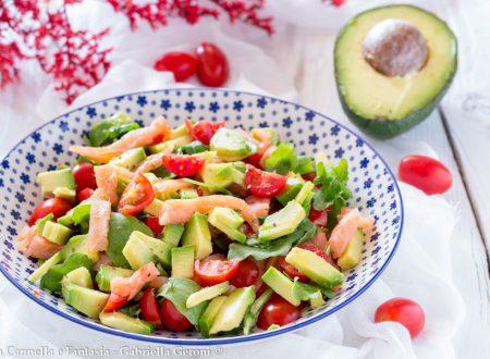 Insalata di avocado con salmone rucola e pomodorini, light e gustosa