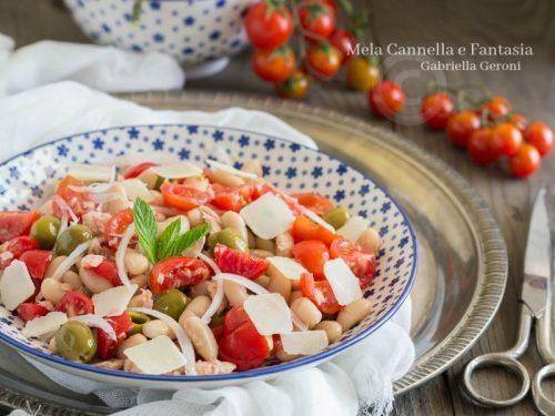 Insalata di fagioli cannellini con tonno cipolla e pomodorini