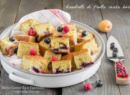 Quadrotti alla frutta senza burro con lamponi mirtilli e albicocche