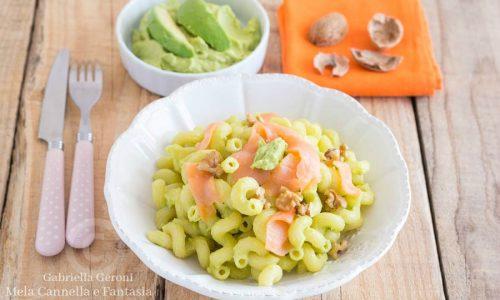 Pasta fredda con crema di avocado salmone affumicato e noci