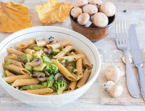 Pennette integrali con funghi broccoli e zucchine ricetta vegetariana
