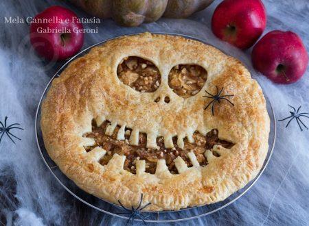 Sfogliata di Halloween con mele noci e confettura di pesche