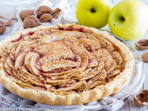Sfogliata di mele alla cannella con noci e confettura