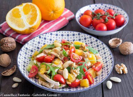 Insalata di pollo con pomodorini arancia mandorle e noci