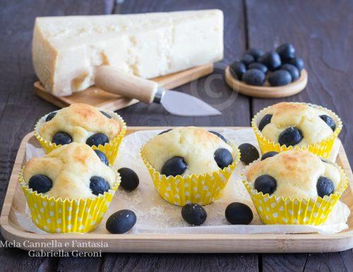 Muffin alle olive nere con parmigiano reggiano morbidi e gustosi