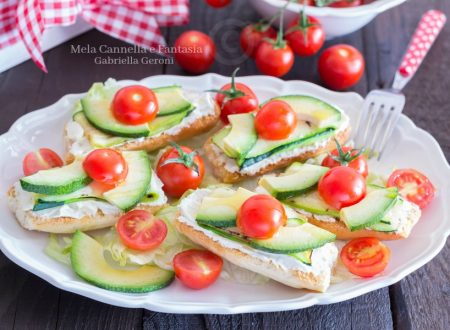 Crostini vegetariani con avocado zucchine grigliate e pachino