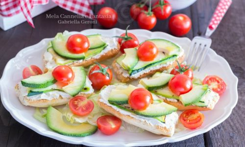 Crostini vegetariani con avocado zucchine grigliate e pachino