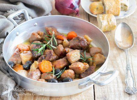 Spezzatino di maiale in padella con carotine e olive nere