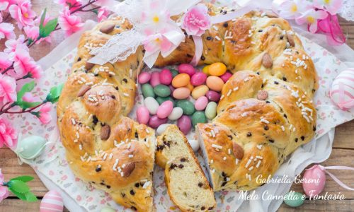 Corona brioche di Pasqua con gocce di cioccolato