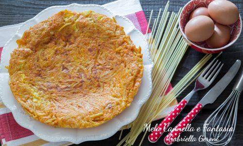 Frittata di spaghetti filanti al pomodoro e mozzarella