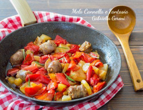 Peperoni patate e salsiccia in pentola ricetta facile