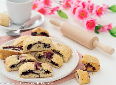 Biscotti golosi arrotolati con confettura di mirtilli