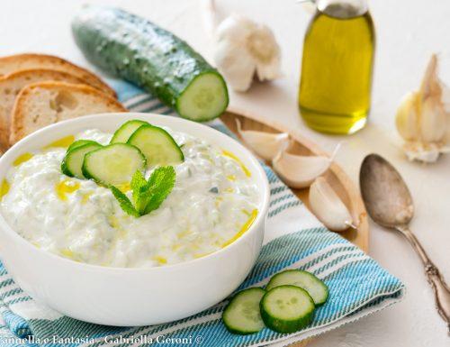 Salsa greca cetrioli aglio e yogurt (Salsa Tzatziki)