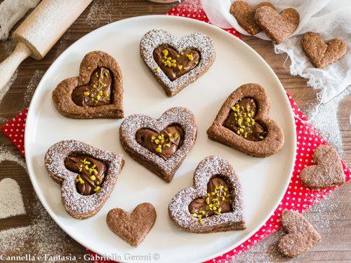 Biscotto cuore al cacao con Nutella e granella di pistacchi