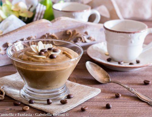 Crema al caffè per farcire dolci e torte o per dessert al cucchiaio