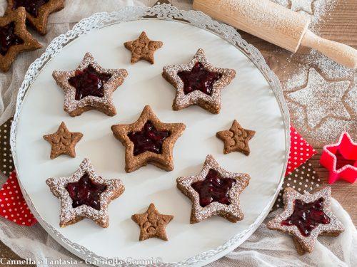 Biscotto stella alle nocciole con confettura di amarene