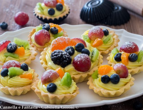 Tartellette con crema e frutta fresca