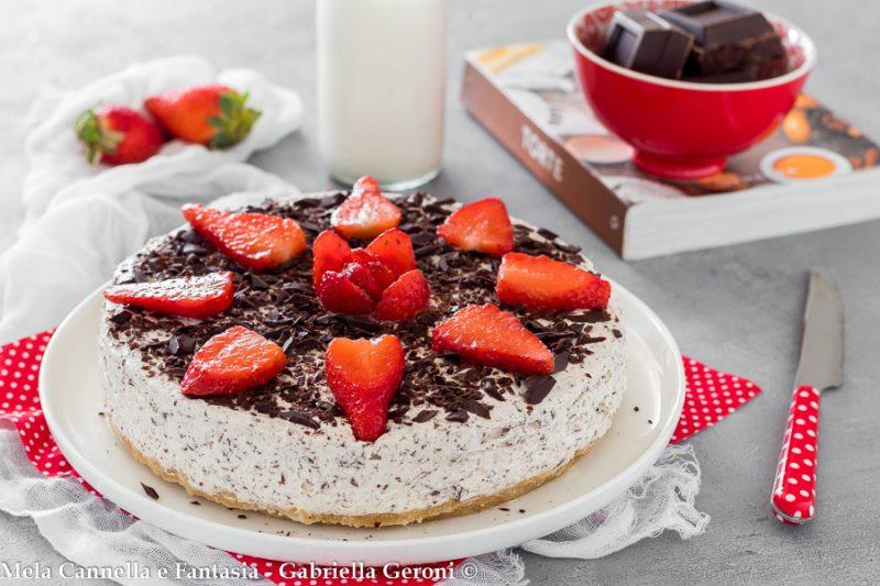 Cheesecake stracciatella senza cottura con fragole e scaglie di cioccolato