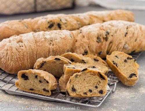 Ciabatta di pane alle olive impasto semplice a lunga lievitazione