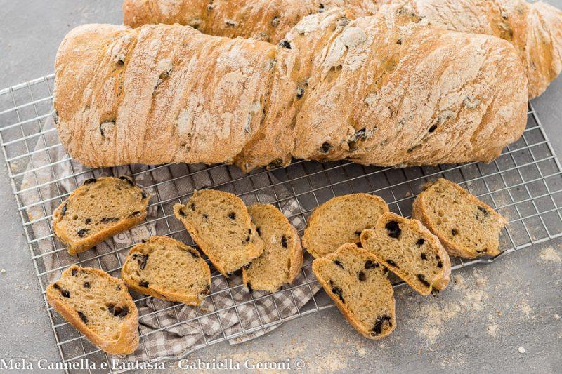 Ciabatte di pane alle olive impasto semplice a lunga lievitazione