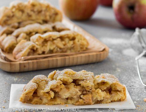 Strudel di pasta frolla con mele e pinoli dolce ripieno