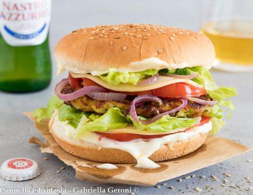 Panino vegetariano con burger di zucchine fatto in casa
