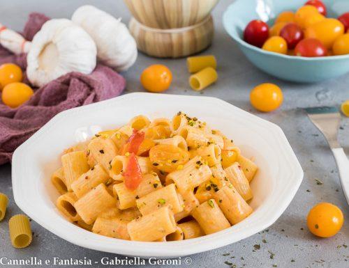 Pasta con crema di datterini gialli stracchino e granella di pistacchi