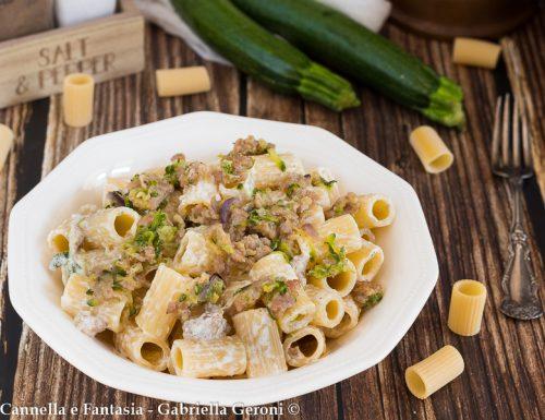 Pasta cremosa con salsiccia zucchine e robiola