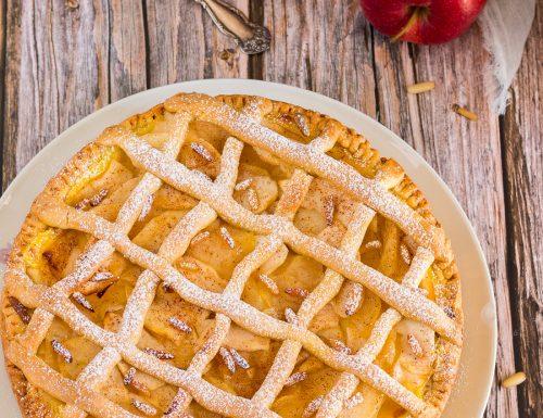 Crostata di mele con crema pasticcera e pinoli