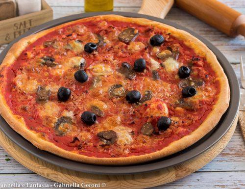 Pizza prosciutto cotto e funghi fatta in casa a lunga lievitazione